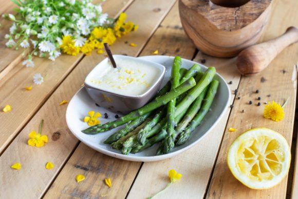 Fines asperges vertes, sauce mousseline