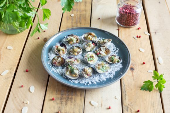 Clam stuffed with butter and almonds